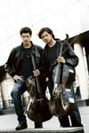 2CELLOS、アイアン・メイデン「The Trooper」と「ウィリアム・テル序曲」のマッシュアップ・ソングを発表、PV公開