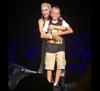 グウェン・ステファニー 公演中に出会った、いじめ被害の少年をステージに迎えて抱擁