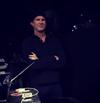 レッチリ チャド・スミスがBABYMETALのパフォーマンスをステージ横から満足げに鑑賞している映像を公開