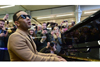 ジョン・レジェンド 朝の通勤客で賑わうロンドンの駅にサプライズで訪れてピアノの弾き語りを披露
