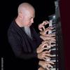 ドリーム・シアターのジョーダン・ルーデス ピアノ即興セッション映像20分を公開