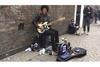 """ギター+ドラム+ヴォーカルの""""ひとりバンド""""ストリート・ミュージシャンによるモーターヘッドのカヴァー映像が話題に"""