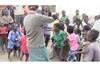 アフリカの子供たち フィドル音楽を初めて聴く 映像が話題に