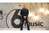 【追悼マーク・E・スミス】ピーター・フックがザ・フォールのカヴァー「Totally Wired」を英BBCで披露