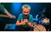 8歳の少年がフロントマンを務めるパンク・バンドが話題に、少年の視点で学校や食べ物等について歌う