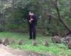 アライグマを呼ぶ「笛吹き男」が話題に