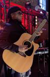 ナイル・ロジャースがアコギでシックの「Dance, Dance, Dance」「I Want Your Love」を演奏する映像が話題に
