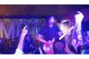 フー・ファイターズのデイヴ・グロール、英ロンドンの小さなクラブでシークレットライヴ実施、リック・アストリーも参加