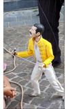 フレディ・マーキュリー人形がフランスの街中で披露したストリート・パフォーマンスが話題に