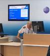 飛行機の遅延のため空港で待機している人々のためにパイロットがドラムソロを即興演奏