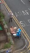 外出禁止令の英国 退屈している隣人のために全裸でドラムソロを披露する中年男性が話題に