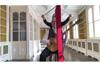ロバート・フリップ&トーヤ 「太陽と戦慄パートIV」のパフォーマンス映像公開 トーヤは新体操のリボンを担当