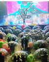 フレーミング・リップス、メンバーや観客が人間サイズの風船の中に入る「世界初バブルコンサート」実施 映像・写真公開