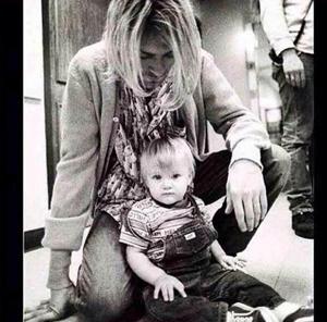 カート・コバーンの娘フランシス・ビーン・コバーンが幼少の頃に撮影したパパとの2ショット写真を公開し話題に Amass