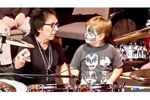 """元キッスのピーター・クリス """"Catman""""メイクをした幼い少年にドラム演奏を教える、映像が話題に"""