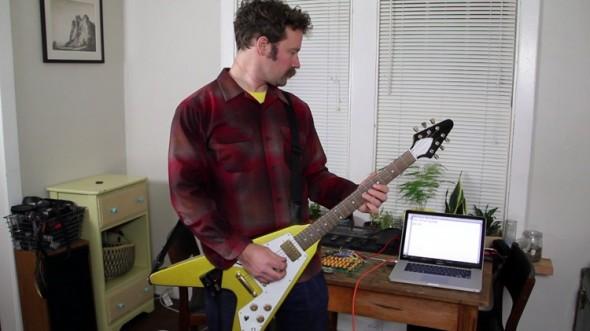 ギターを弾いてパソコンに文字を入力、動画がネットで話題に