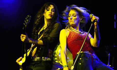 「メンバー全員女性のトリビュート・バンド 7選」を英The Guardianが発表
