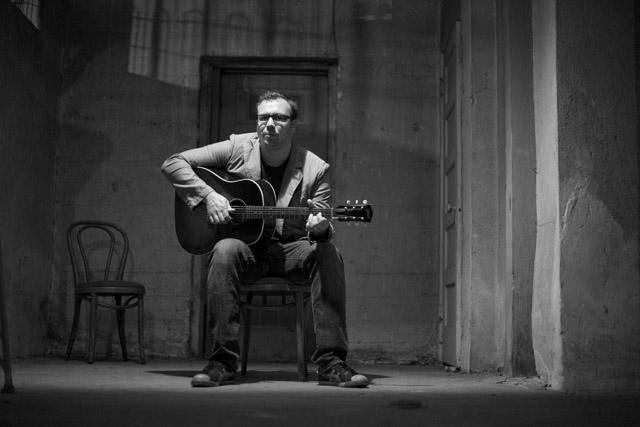 ゴメスのベン・オットウェルがソロ新曲「Patience Rosaries」のパフォーマンス映像を公開