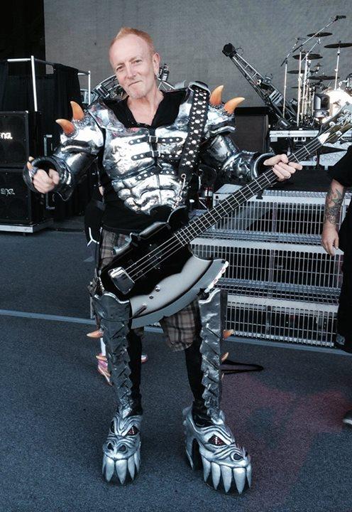 キッスのジーン・シモンズのステージ衣装をデフ・レパードのフィル・コリンが着ると… 写真公開中