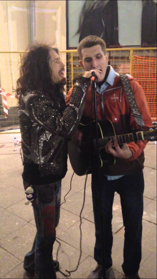 スティーヴン・タイラーがストリート・ミュージシャンと突如共演、エアロスミス楽曲をともに披露