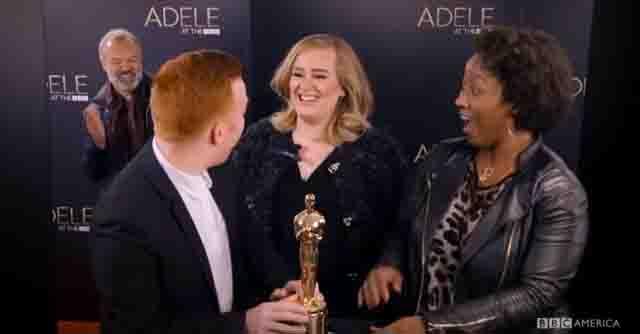 アデルがBBCのドッキリ企画に参加、ファンの写真撮影にいたずら参加