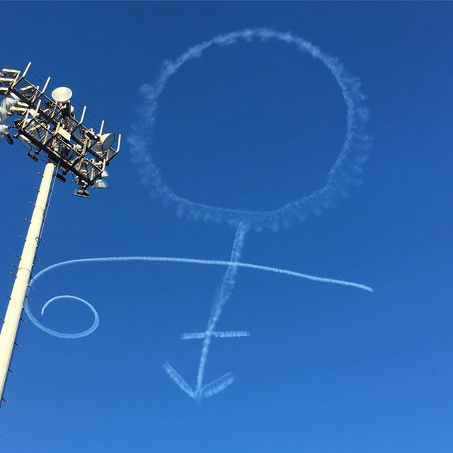 Skywriter pays tribute to Prince at New Orleans Jazz Fest