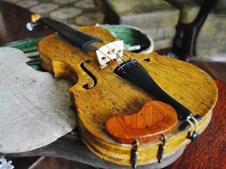 Playable violin made of 16,000 matchsticks