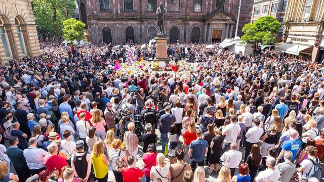 マンチェスター 聖アン広場に集まる市民たち