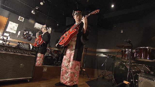 """NHK『ハートネットTV「自称""""片腕のギタリスト""""▽左手だけで奏でるメロディー」』(c)NHK"""
